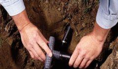 FASE 8: Far scorrere un anello di crimpatura su ogni tubo e inserire il raccordo filettato.